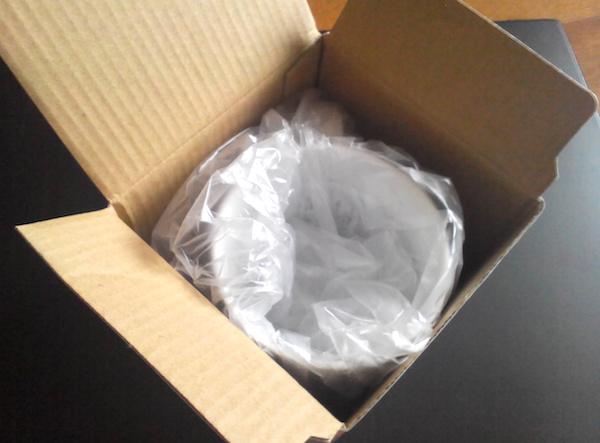 商品が入る大きさのダンボール箱に入れます。