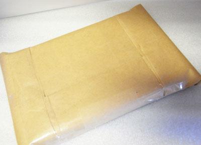 本を封筒に入れて梱包をします。