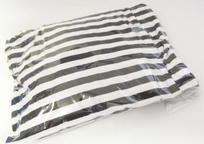 服の梱包は必ずビニール袋に入れます。
