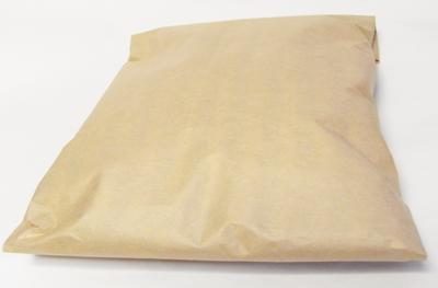 服の梱包は封筒または、紙で包みます。