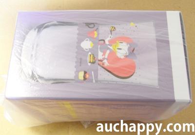 箱に入ったグラスをビニール袋で包む