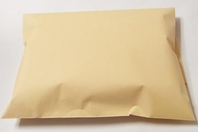 タオルを紙袋に包んで梱包する。