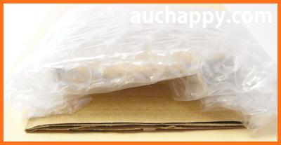 梱包したピアスを厚紙に貼ります。
