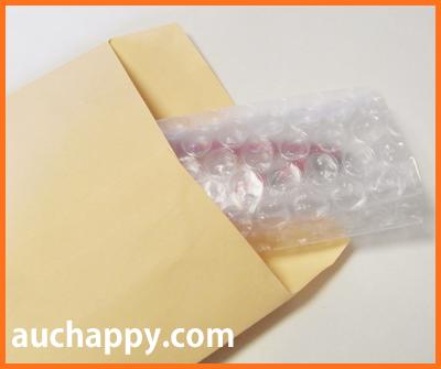 ブレスレットを封筒に入れて発送します。