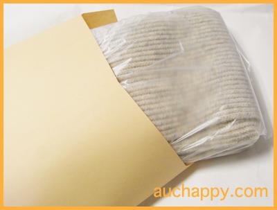 マフラーを紙袋に入れて郵送する。