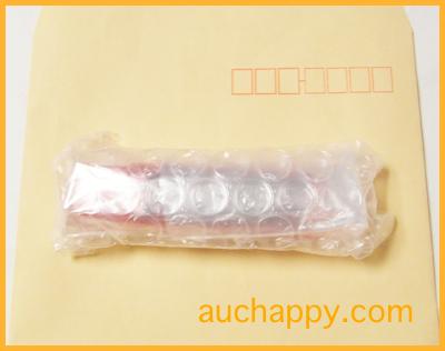 USBメモリーをプチプチで包む。