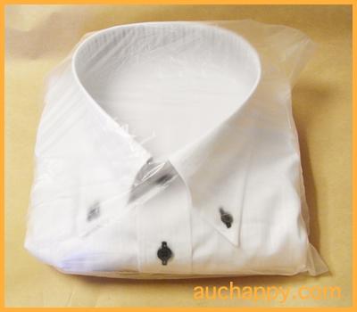 ワイシャツをビニール袋に入れます。