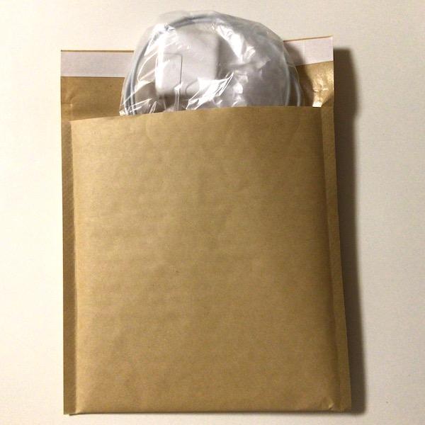 充電器をクッション封筒に入れる