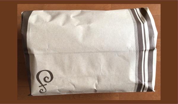 紙袋に入れて梱包をします
