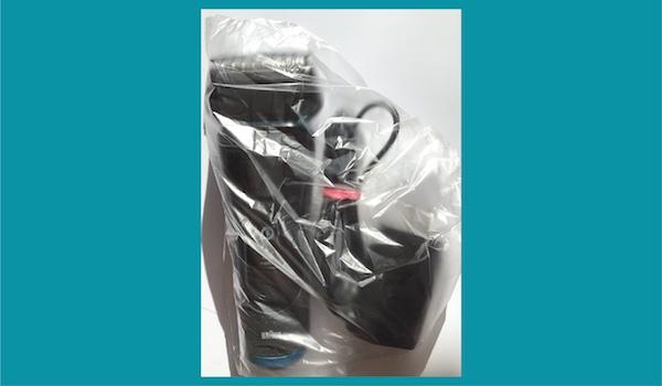 電気シェーバーをビニール袋で包む